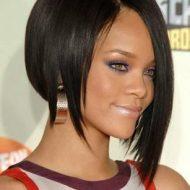 Corte de cabelo mais curto de um lado