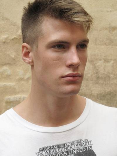 corte de cabelo raspado do lado masculino